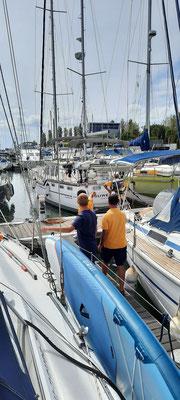 Viele helfende Hände in der Expo Marina