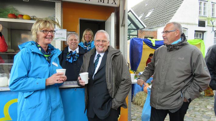Kreisvorsitzende Magret Albrecht mit dem Vorsitzenden des KBV-Husum-Eiderstedt und Dirk Albrecht vor dem Stand von Sigrid von Dohlen und Team