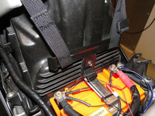 Das Abspannen nach unten ist völlig unproblematisch! Wenn man die Sitzband abnimmt, kann man an dem oberen batteriehalter die Bandgurte einhängen