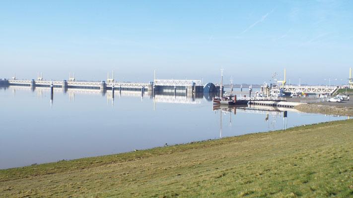 Emssperrwerk Gandersum (zum Aufstauen der Ems...böse Zungen behaupten nur gebaut, damit die Mayer-Werft seine Kreuzfahrtschiffe überführen kann)