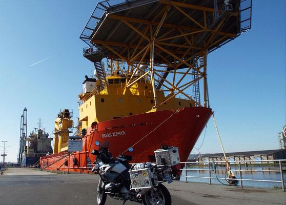 Montage-Schiff für den Offshore Windpark in der Nordsee (...hier soll mal der Strom für Bayern erzeugt werden!)...