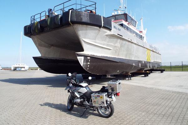 Versorgungs-Boot für den großen Offshore Windpark in der Nordsee