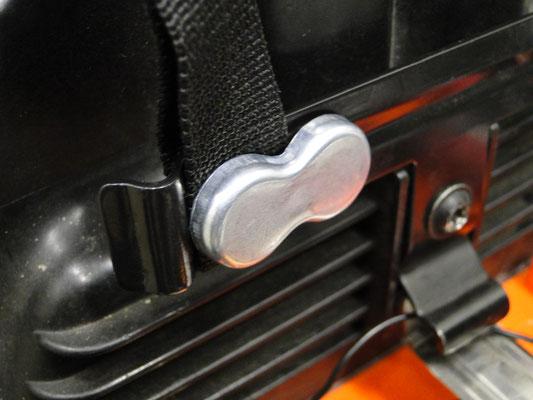 Know how! Mit den bei der Kartentasche beiliegenden Industrie-Starkmagneten sichert man die Gurtbänder gegen Abrutschen...klappt prima!
