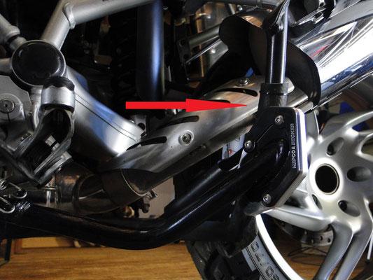 Bei hochgeklappten MITTELSTÄNDER berühren sich der verlängerte (!) Seitenständer und Mittelständer minimal. Um Geräusche während der Fahrt zu vermeiden, wurde hier ein Stück Schlauch am Mittelständer befestigt und fixiert...