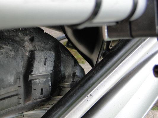 ...beim Anbau umbedingt darauf achten, dass der Abstand Reifen/Spritzschutz gewährleistet ist!...