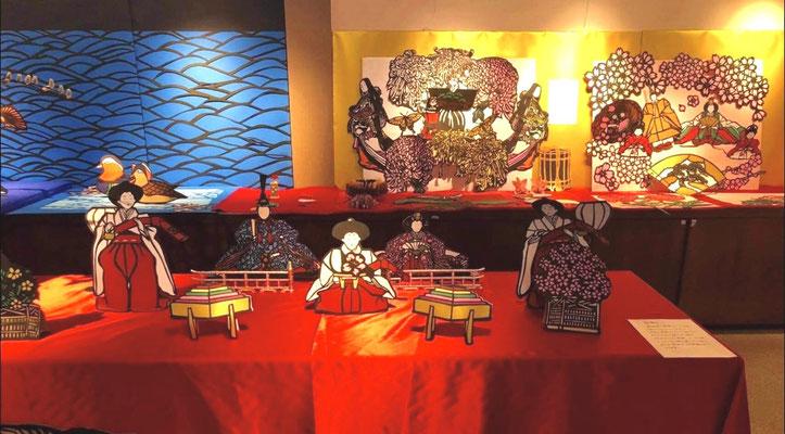 雛祭りの時期に合わせた切り絵です。こちらもとても素敵です。 This piece is from Doll's festival. So beautiful!!
