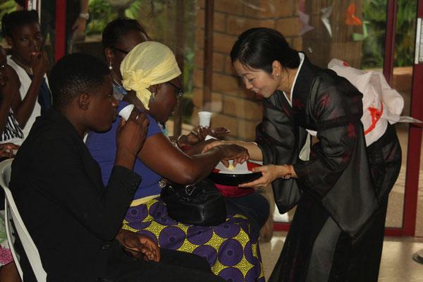 前の赴任地で茶道実演でお手伝いをした際の写真です。Ms. M helping a Japanese tea ceremony day while living abroad in Africa.