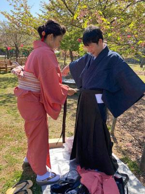 袴を着られている様子。袴は江戸時代から武家社会で着られていたそうです。 This gentleman is wearing 'Hakama'. Hakama was worn in samurai society from the Edo period.