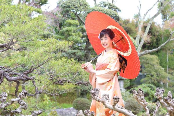 """成人式 はずなさん: お母様が京都で""""風の和音""""というレンタルスペースをされているという、はずなさんの前撮り写真です。(https://windharmony13.amebaownd.com) レンタルスペースの日本家屋や日本庭園の奥ゆかしさが、はずなさんの弾けるような二十歳の美しさを一層引き立たせてくれています。"""