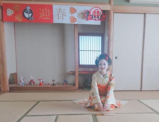 """お正月  2020年お正月に、香川県で活動されている「わだもん 」(着物を普段着にしちゃおう!)さんのイベントを訪れた時の写真です。https://www.wadamon.com 公民館の新春茶会後で、日本舞踊「千代の寿」を踊らせてもらいました。2020 New Years day, when visiting an event held by """"Wadamon"""" in Kagawa prefecture, Emi performed Japanese traditional dance."""
