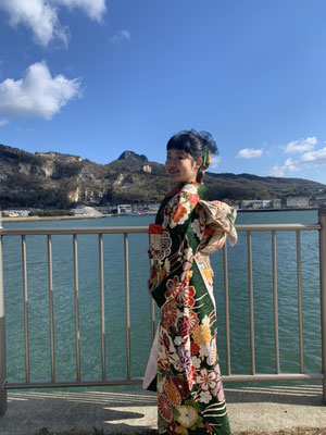 源平の戦いで知られる、高松市屋島地域ご出身のMizukiさん。成人式の日に、生まれ育った故郷の海や神社を振袖姿で訪れています。 着物を着ると「やっぱり着物はいいなぁ。日本人!という感じがして、自然と背筋が伸びる」と感じられるとか。