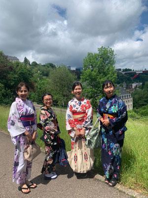 様々な柄や色の浴衣があり、とてもきれいですね。 Yukata tends to have brighter colors and designs compared to kimono and they are so beautiful!