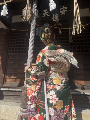 """On the Coming of Age celebration day, she visited the seaside and the shrine from her hometown wearing long-sleeved kimono. According to Mizuki, """"I like the feeling of wearing a kimono, it naturally straightens my back and reminds me that I'm Japanese""""."""