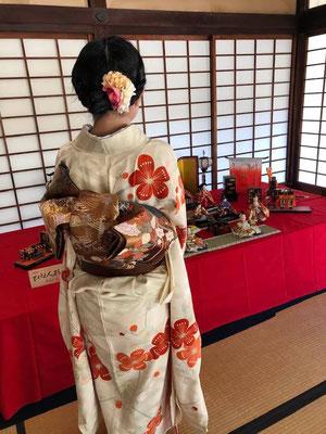 ひなまつりは、日本において、女子の健やかな成長を祈る節句の年中行事です。The doll's festival is a Japanese annual festival wishing for girls' health and happiness.