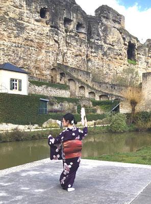 絶景の中で日本舞踊を踊っている様子です。とても素敵ですね。 Emi performed Japanese traditional dancing. It's so beautiful and amazing!!