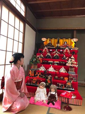 近年、減少傾向ですが、毎年雛人形を飾る家庭もあります。Many houses display their own fancy dolls to celebrate, but the custom is on the decrease.