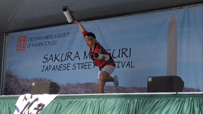 阿波踊りは格好の違いだけでなく、使う道具も様々です。 時には提灯を使った激しい踊りも披露します。 Awaodori dancers wear various costumes and use different tools in their performance. Sometimes they use Japanese style lanterns.