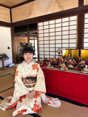 特別名勝栗林公園内の雛人形と共に。3月3日はひなまつりです。3rd of March is Hinamatsuri: doll's festival. This is a hina-doll display at Ritsurin garden.