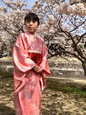 Rikoさんの地元、善通寺の「涅槃桜」と共に。桜の色と、お着物の柔らかいピンクが合って綺麗です。Nehan-cherry blossom in Zentsuji-temple from Riko's hometown. Pastel pink kimono matches beautifully with sakura.