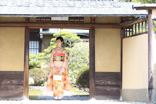 """""""Coming of Age celebration"""": Miss Hazuna took a pre-commemorative photo in a rental space in Kyoto. Her sparkling beauty of being 20 years old is empathized by the kimono and beautiful Japanese garden."""