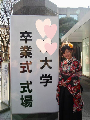 日本の卒業式では袴を着ます。様々な色や柄があります。とてもきれいですね!! Many women wear 'Hakama' with kimono during their graduation ceremonies at university. So beautiful!!