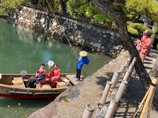 旧高松城跡玉藻公園のお堀にて。海沿いにあるこのお堀は、実は海水なのです!日本三大水城に、高松城は選ばれています。 Takamatsu castle ruins (Tamamo park): the castle was located alongside the sea, so the moats water is sea water!