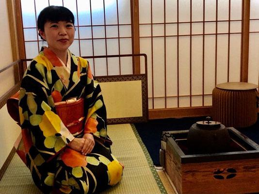 "Rikoさんがお茶を嗜まれている風景です。コロナ渦の時も、オンラインで「茶道」のお稽古をされていたそうです!Riko during the tea ceremony. During the Covid ""lockdown"" she attended tea ceremony practices with her teacher online!"