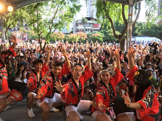 伝統的な阿波踊りの曲だけでなく現地(海外)の曲とコラボレーションして踊りを披露しています。 They perform not only the traditional Awaodori dance, but they also perform in collaboration to the local overseas music where they are performing.