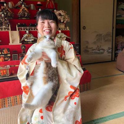 後ろに見えるのはRikoさんの雛人形です。猫ちゃんもかわいいですね。This is Riko and her hina-dolls and wearing a beautiful kimono, she enjoyed her doll's festival season.