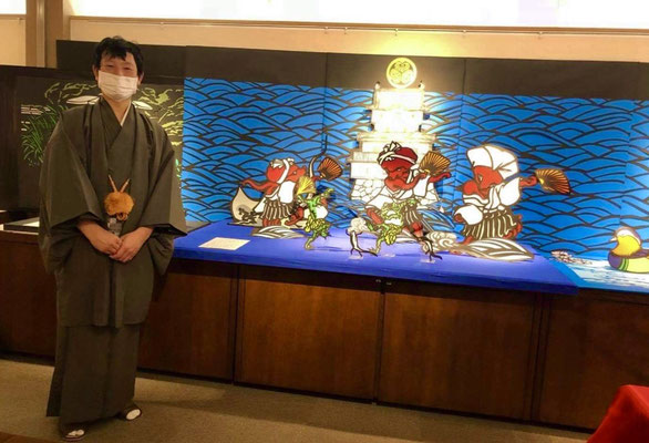 切り絵師チヨさんです。香川県で作品を制作されています。 Mr Chiyo is a papercut artist. He produces artwork in Kagawa prefecture.