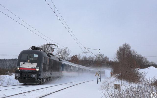 182 524 mit einem RE 3 nach Hof am BÜ Colmnitz