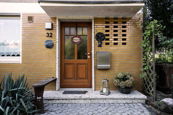 Braune Tür als Kontrast zum Klinker