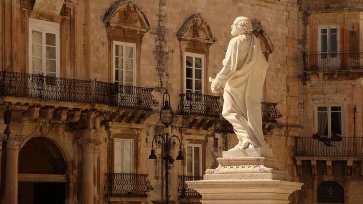 Der junge Mann in Stein trägt einen Schlüssel in der Hand, könnte also den Apostel Petrus darstellen.