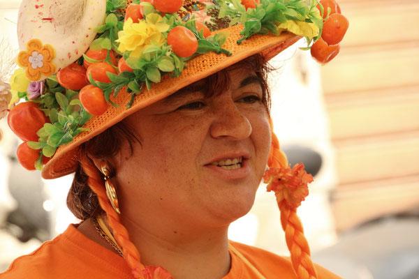 Die Orangen Frau verkauft uns frisch gepressten O-Saft.