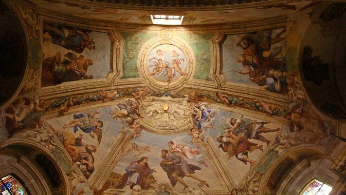 Deckenmalerei im Seitenschiff des Doms.