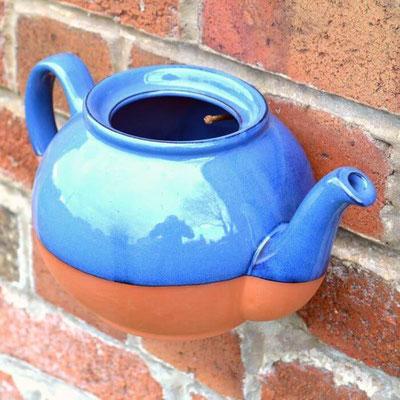 Verschönern Sie Ihre Gartenmauer mit diesen schönen englischen Teekannen-Pflanztöpfen. Aufgehängt werden sie ganz einfach an einem Loch in der Kanne. www.the-golden-rabbit.de