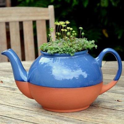 Bepflanzte Teekannen kann man in vielen Gärten bestaunen. Dieser Teekannen-Pflanztopf sieht aus wie eine richtige Teekanne- hat aber (wie ein Blumentopf) ein Loch im Boden. www.the-golden-rabbit.de