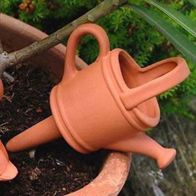 Ein paar Tage weg? Kein Problem. Stecken Sie einfach diesen Wasserwächter in Ihren Blumentopf und füllen ihn mit Wasser. www.the-golden-rabbit.de