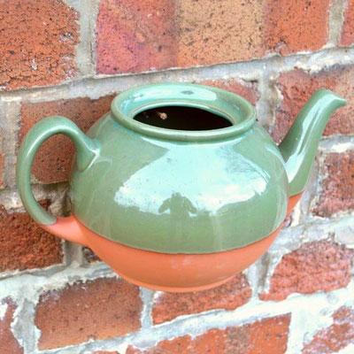 Der Teekannen-Pflanztopf ist eine schöne Dekoration für präsnetable und weniger präsentable Gartenmauern. Einfach auf einen Haken hängen und üppig bepflanzen! www.the-golden-rabbit.de