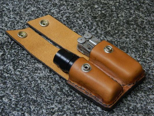 Étui double pour lampe et couteau-outil ouvert