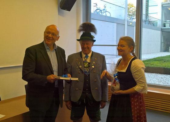 Gauvorstand Hans Schwaiger und Verena Assum bedanken sich für die Einladung
