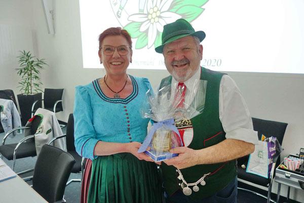 Landesschriftführerin Hildegard Hofmann gratuliert Landesvorsitzendem Max Bertl zum 74. Geburtstag.