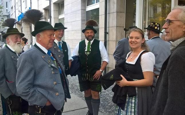 Unser Berliner Begleiter bewundert die bayrische Tracht.