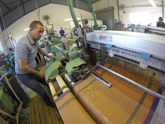Mungo Boma Cloth beim Weben in der alten Mungo Mill 2017
