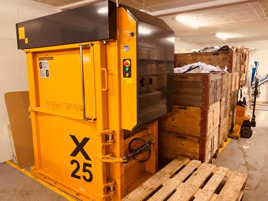 Die Abfallpresse im Untergeschoss der André Koch AG verfügt über eine Presskraft von 25 Tonnen. Damit werden PET oder Karton zu Ballen gepresst, auf Paletten gelagert und zweimal monatlich durch die Firma Loacker Recycling abgeholt.