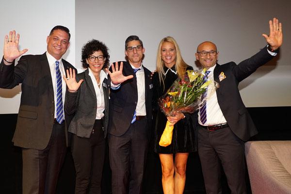 Freuen sich über eine erfolgreiche Jahreskonferenz (v.l.n.r.): Florian Stähli, Patrizia Santarsiero, Giuseppe Ciappa, Moderatorin Christa Rigozzi und Enzo Santarsiero.