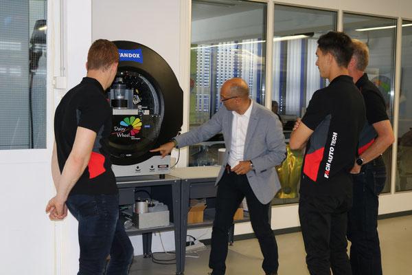High Tech im Mischraum: Enzo Santarsiero erklärt den Besuchern das computergesteuerte Dosiergerät Daisy Wheel.