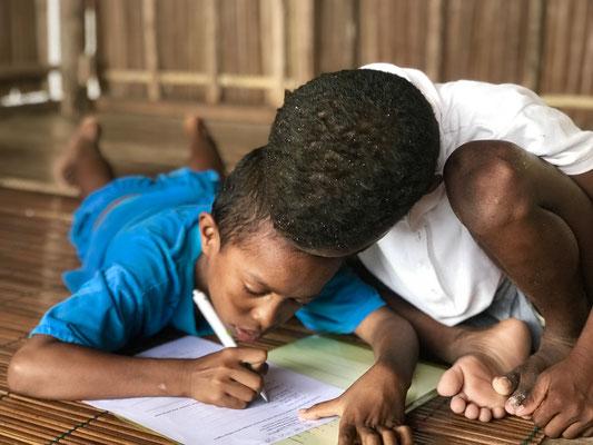 Kinder aus dem Dorf Kapisawar beim Lernen imn Lernzentrum
