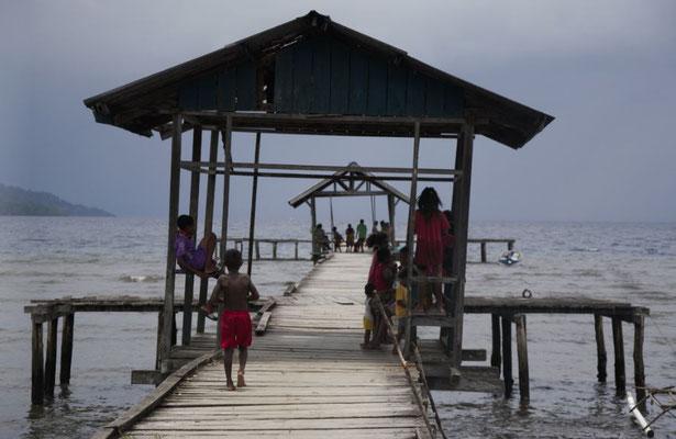 Der Dorfsteg und Kinder von Kabui