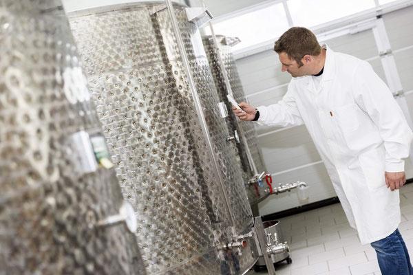 Die Produktion erfolgt nach strengen Richtlinien. Der Produktionsprozess wird ständig von externen Fachleuten überwacht und kontrolliert.